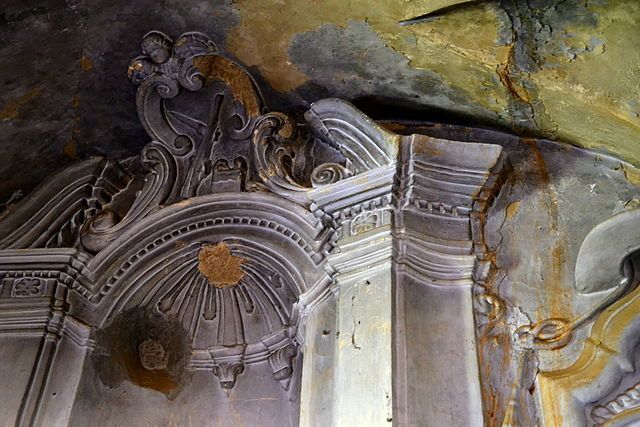 The decaying decoration in the church. Author: Angela Llop – CC BY-SA 2.0