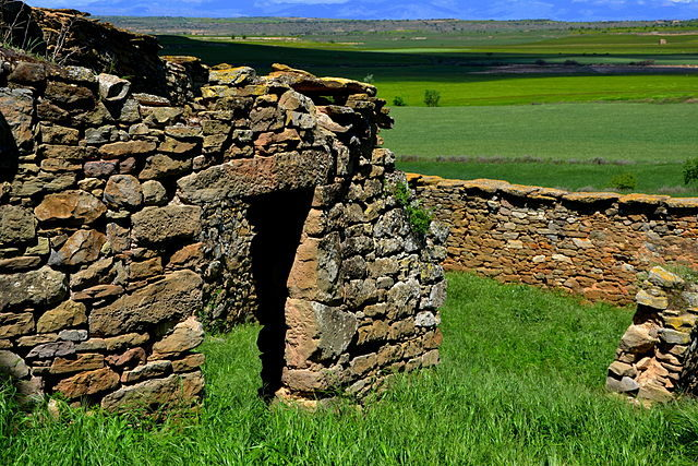 The ruined pens for the farm animals. Author: Angela Llop – CC BY-SA 2.0