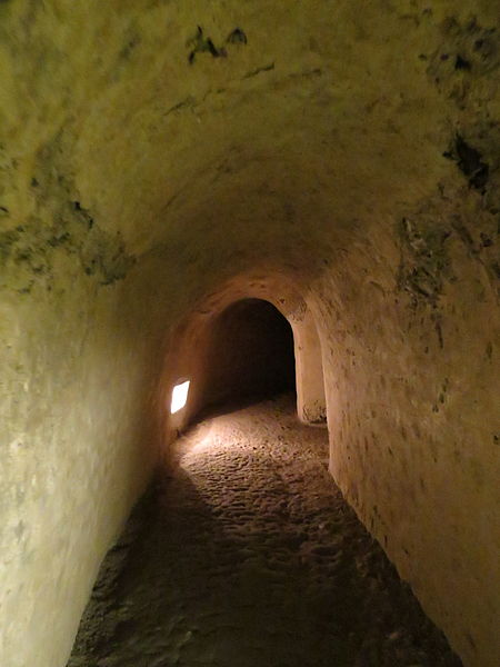 A narrow tunnel with a low ceiling. Author: Bazie CC BY-SA 3.0 pl