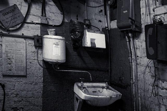 Astley Green Colliery bathroom/ Author:James Johnstone – CC BY 2.0