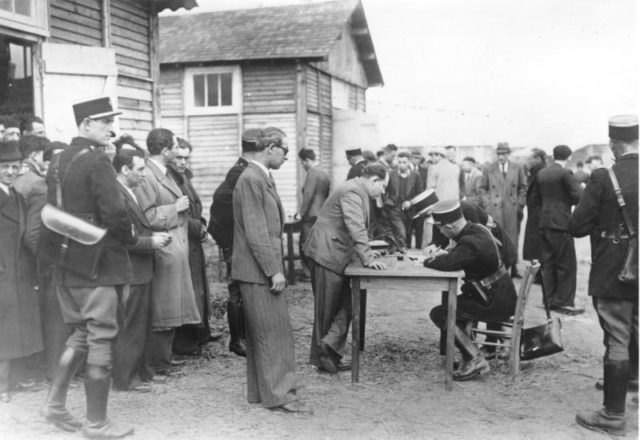 Checking new inmates in the camp. Author:Bundesarchiv, Bild 183-S69238CC BY-SA 3.0 de