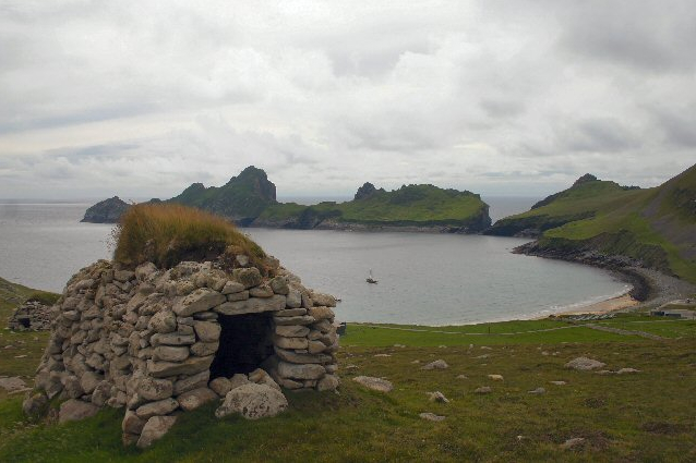 "Dry stone hut or ""cleit"" from Village Bay – Author: Bob Jones – CC BY-SA 2.0"