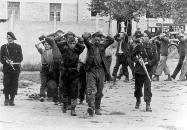 French police and prisoners. Author:Bundesarchiv, Bild 146-1989-107-24 / KollCC BY-SA 3.0 de