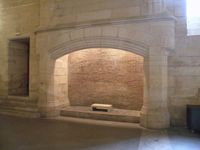 One of the enormous fireplaces/ Author: Chatsam – CC BY-SA 3.0