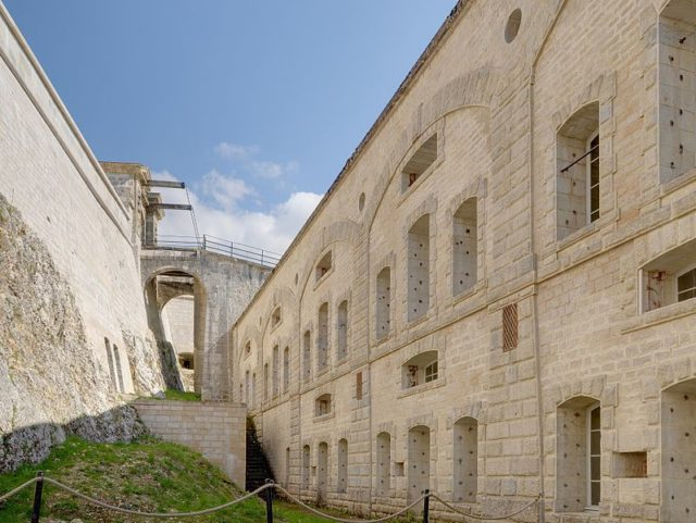 Part of the courtyard alternative view. Author:Thomas BressonCC BY 3.0