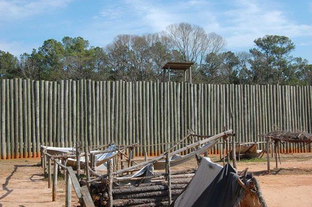 Reconstruction of the stockade wall. Author:Bubba73CC BY-SA 3.0