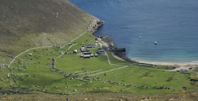 The village at Village Bay with the barracks of the MoD monitoring station – Author: Otter – CC BY-SA 3.0