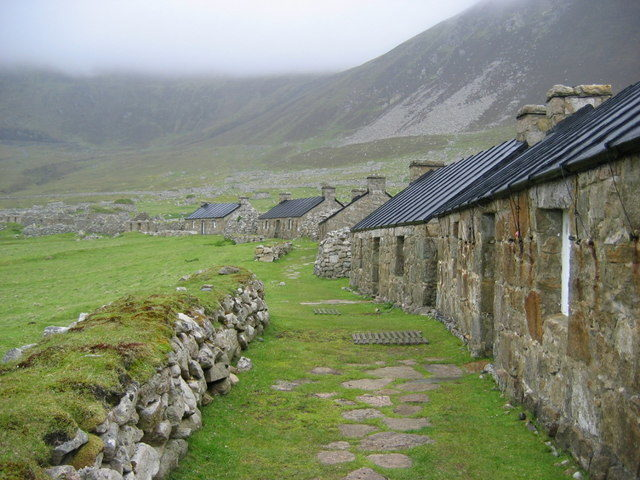 Main Street, the village, Hirta, St Kilda. Abandoned homes, some of which have been restored with new roofs – Author: Phillip Hughes – CC BY-SA 2.0