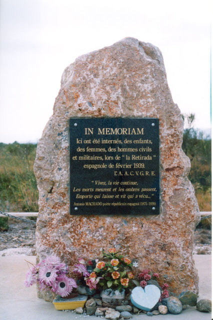 Stele for survivors of the Spanish Civil War. Author:YezaCC BY-SA 3.0