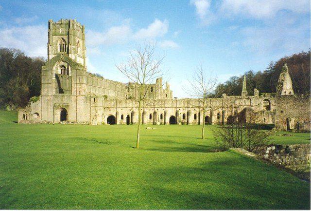 The abbey in 1995. Author:Sarah CharlesworthCC BY-SA 2.0