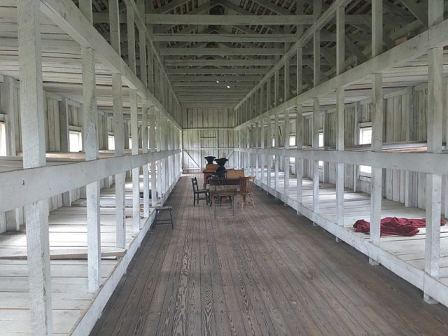 The reconstructed Prisoner Barracks/ Author:Brahmslover – CC BY-SA 4.0