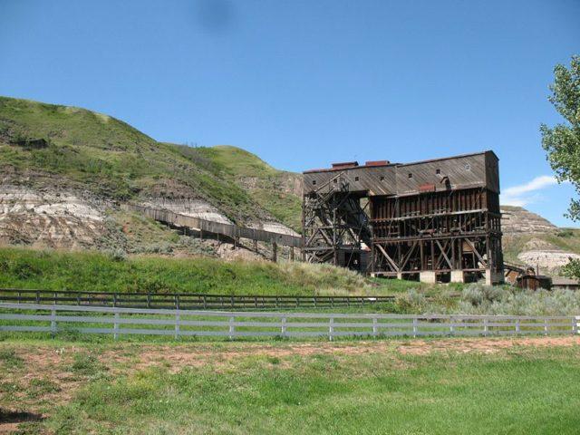 Tipple and ore conveyor. Author:MascdmanCC BY-SA 2.5