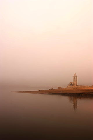 The church reflected in the water/ Author: Amadalvarez – CC BY-SA 3.0
