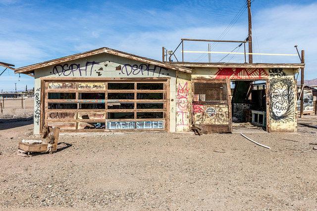 Abandoned building at Salton Sea shores – Author: Kevin Dooley – CC BY 2.0