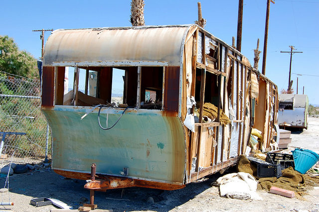 Abandoned trailers at Salton Sea, Marina Beach. – Author: Matthew Dillon – CC BY 2.0