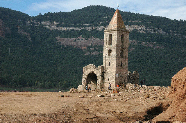 When the water level is low, the entire church reappears/ Author: joan ggk – CC BY 2.0