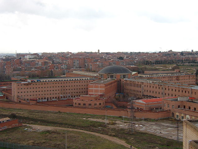 View of the Carabanchel Prison in 2003 from a building on Calle Ocaña. – Author: k-naia – CC BY-SA 2.0