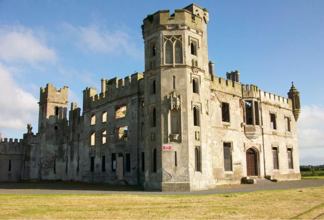 The front side of the ruins/ Author: Irlandahijo – CC BY-SA 3.0