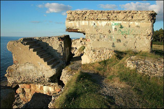 The ruins are slowly falling into the sea/ Author: Laima Gūtmane (simka… – CC BY-SA 3.0
