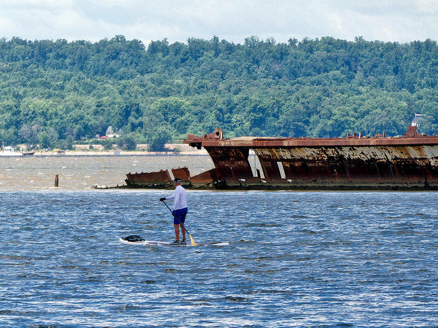 Board surfing alongside abandoned ship/ Author:F DelventhalCC BY 2.0