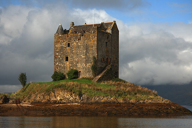Castle Stalker closer view. Author:Mike SearleCC BY-SA 2.0