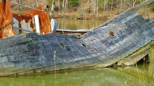 Close-up of an abandoned vessel/ Author:F DelventhalCC BY 2.0