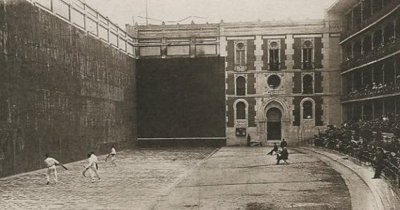 Beti Jai frontón, engraving from the 19th century. A match being spectated by thousands. Glory days of the arena.