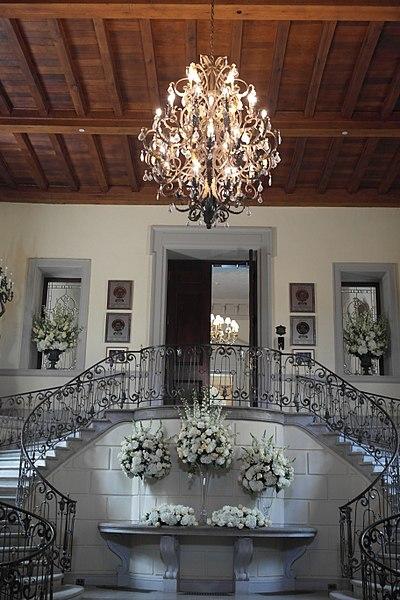 Main entrance and staircase. Author:LolalatorreCC BY-SA 3.0