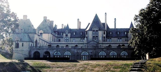 Oheka Castle photo from the east. Author:GryffindorCC BY-SA 3.0