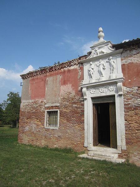 One of the lavish entrances. Author:PowermelonCC0