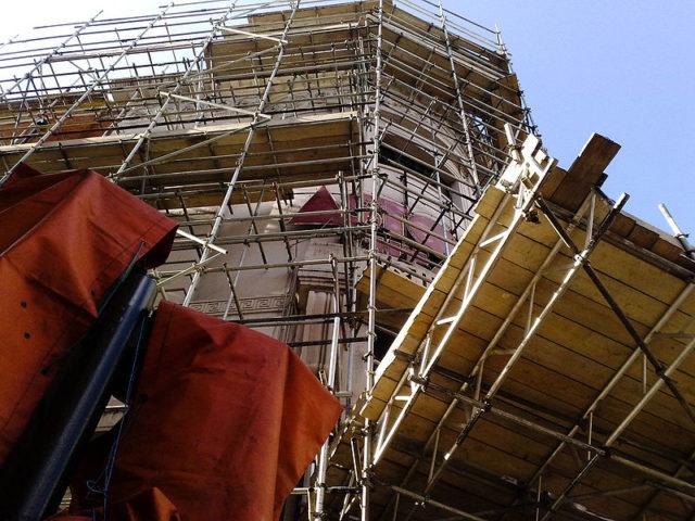 Preparing the building for demolition. Author:Secretlondon – CC BY-SA 3.0