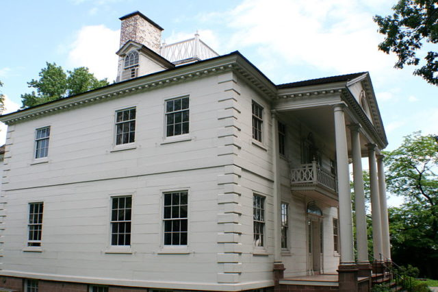 Side view of Morris–Jumel Mansion. Author:Asaavedra32CC BY-SA 3.0