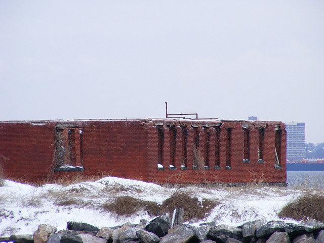Swinburne Island Hospital remains. Author:MamoritaiCC BY-SA 2.0