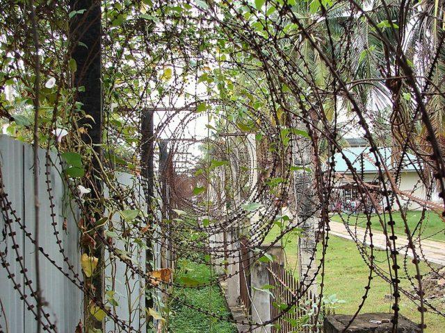 Razor wire around the perimeter. Author:Bjørn Christian Tørrissen – GFDL
