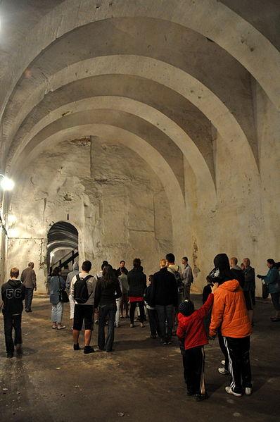 Tourists on a guided tour/ Author:VinceB – CC BY-SA 3.0