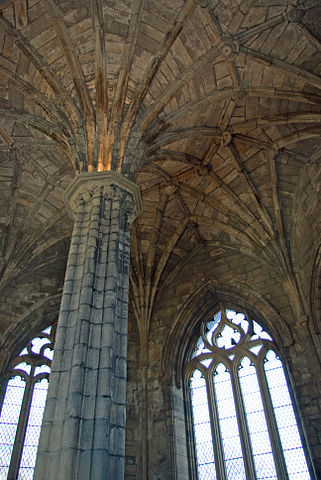 Vaulted roof and central pillar of the chapter house. Author: Billreid – CC BY-SA 3.0
