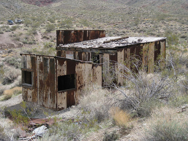 Rusty abandoned buildings – Author: The Greater Southwestern Exploration Company – CC BY 2.0