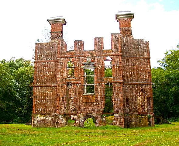 The ruins of the Rosewell Plantation house/ Author: Agadant – CC BY-SA 3.0