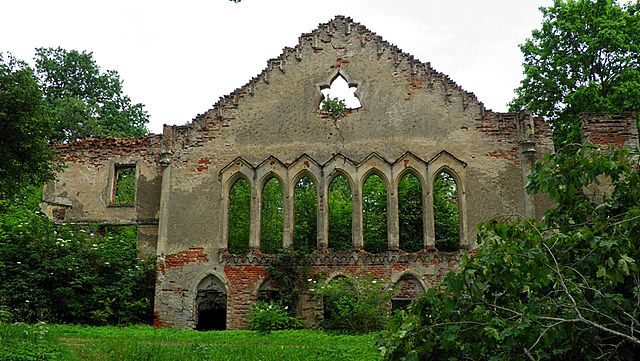 Asare Manor ruins – Author: anakes – CC BY 3.0