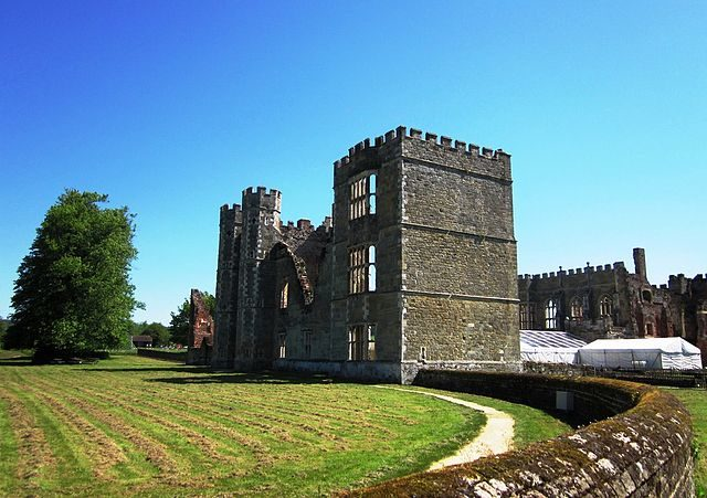 Cowdray Ruins today/ Author: Margaret Anne Clarke – CC BY-SA 3.0