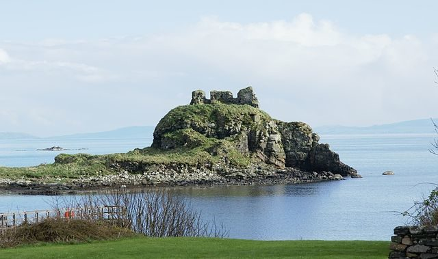 View of the castle across the bay. Author: Otter – CC BY-SA 3.0