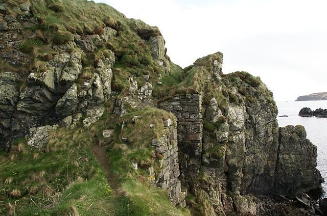 The remains of the keep. Author: Otter – CC BY-SA 3.0