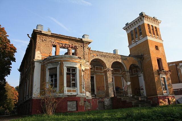 Ruins of Muraste Manor – Author: Lefevrue – CC BY-SA 3.0