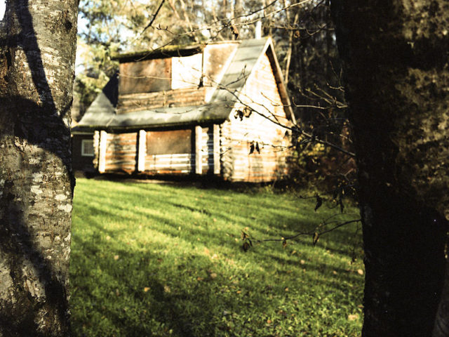 Abandoned house in Dyea/ Author:Anthony DeLorenzo – CC BY 2.0