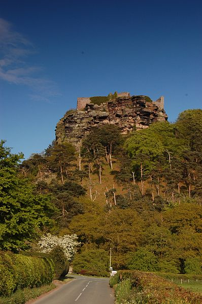 Beeston Castle on a rocky summit. Author:Lukasz LukomskiCC BY-SA 3.0