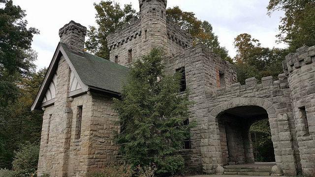 Castle-like exterior/ Author:Tim Evanson – CC BY-SA 2.0