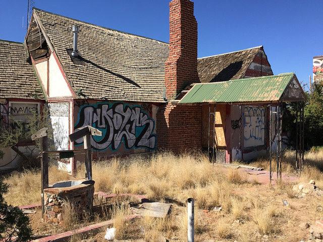 Decaying building at Santa Claus, Arizona. Author:Ben ChurchillCC BY 2.0