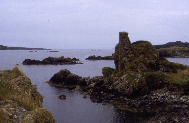 The ruins of Dunyvaig Castle are overtaken by the greenery. Author: Chris Heaton – CC BY-SA 2.0