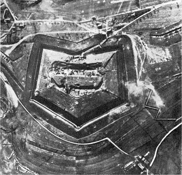 Fort Douaumont before the battle/ Author:German Government, Department of photos and film
