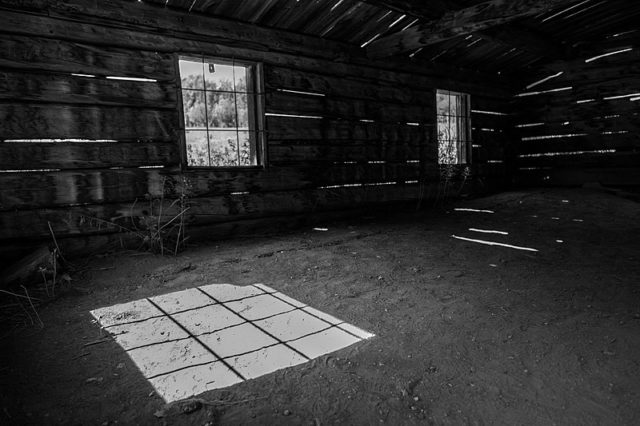 Inside one of the cabins. Author:Lorie ShaullCC BY-SA 2.0